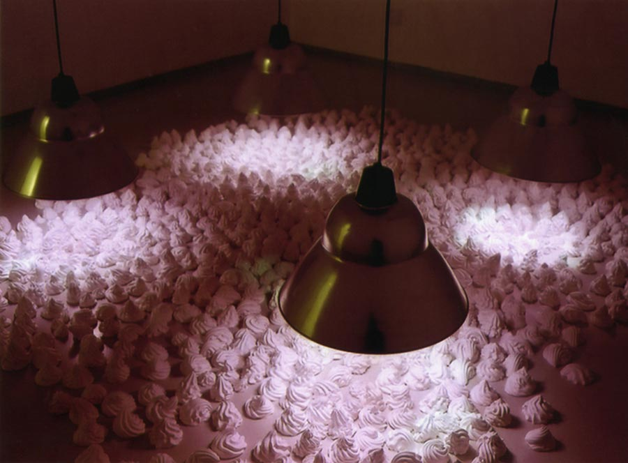 kisses in plaster installation